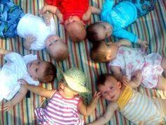 Con los hijos de tus amigos | 29 fotos que todo padre debe tener de su bebé