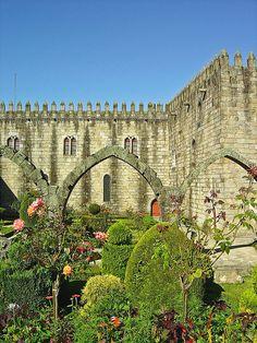 El Palacio Episcopal de Braga es el palacio de los arzobispos de Braga, en Portugal. Está situado en el centro histórico de la ciudad, muy cerca de la catedral y junto a los jardines de Santa Bárbara