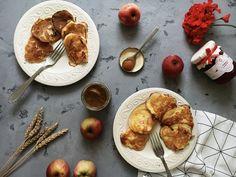 Осень богата на яблоки. Многим из нас знакома ситуация, когда бабушка привозит с огорода очередной яблочный урожай, и мы, не в силах уже есть их в свежем виде, начинаем выдумывать, что же из них сделать: пирог, варенье, запечь их с медом или творогом? А может, оладьи? Яблочные оладьи – отличное на