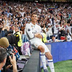 "Real Madrid C.F. ⚽ 400 GOALS All eyes on... Todas las miradas en... @CRISTIANO RONALDO #HalaMadrid"""