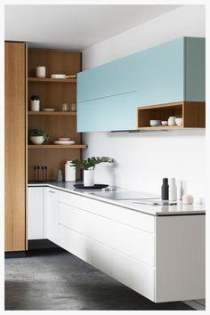 Schlichte moderne Küche - die perfekte Farbkombination aus Babyblau, weiß und dem hellbraunen Holz