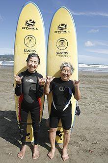 As amigas Fusae e Reiko surfam há seis anos em Santos, no litoral de São Paulo