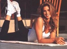 How to get abs like supermodel Cindy Crawford. In this core workout, Cindy Crawford shows you how she gets defined, sculpted abdominal muscles. Cindy Crawford Pepsi, Cindy Crawford Workout, 90s Grunge Hair, Fashion Models, Fashion Beauty, 90s Models, Christy Turlington, Pretty Eyes, Hollywood Celebrities