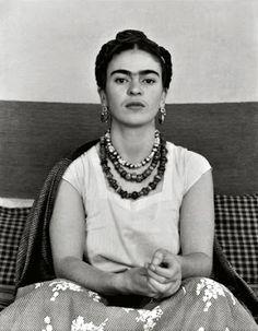 «Lo que no me mata, me alimenta» 1930 Frida Kahlo photo by Manuel Álvarez Bravo