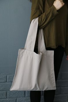 Whether you like a beach bag, a shopping bag or a casual bag for everyday use, it is a very elegant and stylish mesh bag. Making the bag is so easy that anyone Linen Bag, Simple Bags, Fabric Bags, Shopper Bag, Cotton Bag, Cloth Bags, Handmade Bags, Canvas Tote Bags, Bag Making