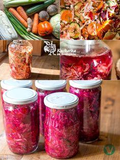 Nakrájíme půlku hlávky bílého zelí, jedno čínské zelí, svazek jarní cibulky, oranžovou papriku, dvě červené řepy, tři velké mrkve, jeden řap...