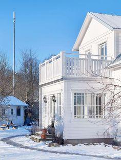 Bilderesultat for drömhus med veranda Style At Home, Future House, My House, Gazebo On Deck, Swedish House, Romantic Homes, House Extensions, Cabana, Home Fashion