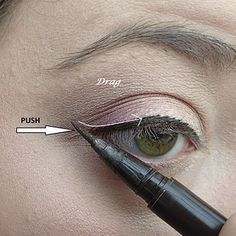 18 Nützliche Tipps für Leute, die am Eyeliner saugen And when you're feeling like you might want a little cat eye, use this two-step trick to make it easy. Eye Makeup, Makeup Tips, Beauty Makeup, Hair Beauty, Makeup Hacks, Eyeshadow For Green Eyes, Glitter Eyeshadow, Eyeshadow Palette, Burgundy Eyeshadow