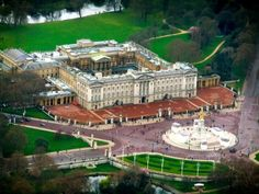 Aerial view of Buckingham Palace, London. Buckingham Palace, Beautiful Buildings, Beautiful Places, Places Around The World, Around The Worlds, London England, Oxford England, Cornwall England, Yorkshire England