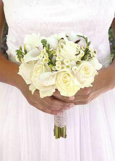 Bouquet de mariée Nuage - 7 roses blanches, 2 boules de coton, 3 callas blancs, 7 matricaires, 3 freesias blanc