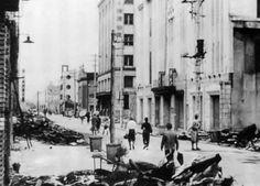 昭和20年(1945)瓦礫の山となった伊勢佐木町通り。直撃弾を受けず焼け残った野沢屋(手前右)と松屋(その奥)神奈川新聞社