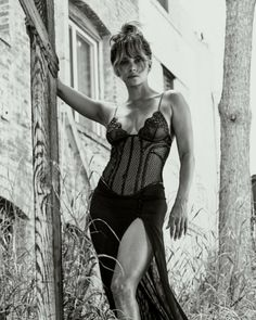 Halle Berry cleavage and sexy legs in a black lace, thigh high dress Halle Berry Bikini, Halle Berry Hot, Hollywood Glamour, Hollywood Actresses, Halle Berry Swordfish, Hally Berry, Kiss Beauty, Autumn Fashion Women Fall Outfits, Rihanna Photos
