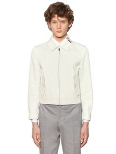 THOM BROWNE - ZIP-UP COTTON MACKINTOSH JACKET - CASUAL JACKETS - WHITE - Luisaviaroma - Shirt style collar with striped grosgrain detail . Contrasting color under collar. Front zip closure . Adjustable side straps with button closure . Striped grosgrain logo tag. Two side button flap pockets . Heat-sealed internal seam finishing . Sample size: 0