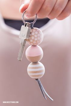 Make DIY keychain with wooden beads yourself / gift idea to move in: Bread & Salt - Nicest Things * Nicest Things – Food, Interior, DIY: Bread, Salt & DIY Keychains – 12 GOLD Party Favor Tips Clay Jewelry, Beaded Jewelry, Diy Keyring, Bead Keychain, Keychain Ideas, Wooden Keychain, Bijoux Diy, Wooden Beads, Bead Crafts