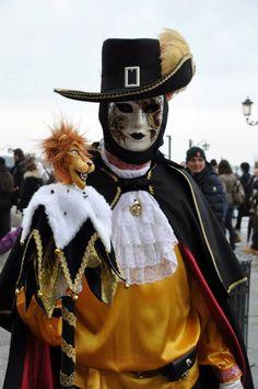 Il Carnevale di Venezia è uno dei più conosciuti in Italia e ogni anno diventa un appuntamento immancabile per via delle sue bellissime maschere che popolano la laguna, sullo sfondo della Basilica di San Marco.