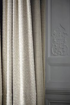 de Le Cuona is a purveyor of luxury textiles for interiors with a history. The company sources the finest fibres from around the world to create exquisitely understated linen, wool paisley, velvet, silk, cashmere and alpaca.