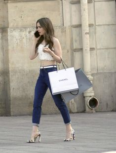 Lily Collins in skinny jeans, cropped top and stylish pumps on the set of her latest movie. Fashion Tv, Look Fashion, Paris Fashion, Fashion Outfits, Chic Outfits, Fashion Ideas, Paris Outfits, Summer Outfits, Estilo Carrie Bradshaw