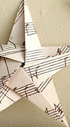 Folding 5 Pointed Origami Star Christmas Ornaments How to fold a 5 pointed origami star with step by step photos. An easy way to make beautiful Christmas star decorations. Origami Rose, Origami Stars, Diy Origami, Origami Paper, Dollar Origami, Origami Ball, Origami Ideas, Origami Folding, Origami Flowers