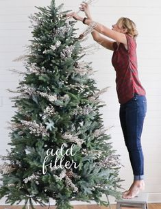 How to Decorate a Christmas Tree, in Just FIVE Steps! A beautiful well-decorated… – FallTrends How to Decorate a Christmas Tree, in Just FIVE Steps! A beautiful well-decorated… – FallTrends,Christmas Tree Ideas How to. Silver Christmas Decorations, Gold Christmas Tree, Beautiful Christmas Trees, Christmas Tree Themes, Christmas Holidays, How To Decorate Christmas Tree, Country Christmas Trees, Silver Decorated Christmas Trees, Christmas Decorating Themes