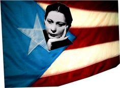 La poetisa Julia de Burgos nació en Carolina, Puerto Rico.  Fue partidaria de la independencia de Puerto Rico. Julia de Burgos fue la única que logro completar sus estudios de sus 13 hermanos. Ella se graduó de la universidad de Puerto Rico a los 19 años y obtuvo un título de maestra. Pero su amor por la literatura la llevo a ser poeta.