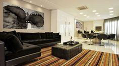 Amplie o espaço social integrando as salas de estar e jantar.