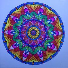 """Mandala do livro """"Entangled """" da Dover Publications."""