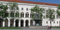 Ludwig-Maximilians-Universität München - München - Bayern. Vor dem Eingang wird der Geschwister Scholl gedacht. versteinerte Flugblätter, die sie dort aus dem Fenster geworfen haben.  repinned by www.parkett-direkt.net
