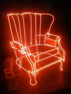 9. lampu neon kelilingi beberapa meja juga