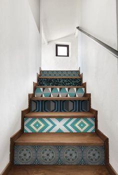 Papier peint graphique sur les escaliers #houses #interiors #design #deco #staircase #escaliers #maison