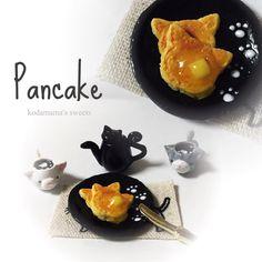 おやつと共に……。 パンケーキは2枚付いてますが、末接着。 1枚にはバターとはちみつかけてます。 自由にディスプレイできますよん。 ひっさびさに#ホットケーキ 作ったよ……4月に作って以来。 大きさは1円玉より、ちと小さい位。 下に敷いてあるランチョンマットがまたシュールな柄なんじゃ。 #miniature #clay #food#fake#ミニチュアフード#magcup#フェイクスイーツ#スイーツデコ#sweets#粘土#ハンドメイド#ミニチュア#handmade#dollhouse#ドールハウス#claycraft#シルバニア#pancake#ネコパンケーキ#kodamama#マグカップフェチ