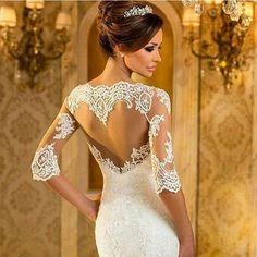 Para as noivinhaa românticas de plantão: vi no @vireinoiva este vestido lindo com um detalhe de coração nas costas. O amor está por toda parte. ------------------------------------------- #bridal #bride #bridetobe #bridaldress #bridetobride #bridetobride2017 #noiva #novia #sayyestothedress #vestidodenoiva #vestidodecasamento #wedding #weddingdress #casório #casamento #dream #coração #heart #borntobeabride #b2bb