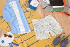 """Sonne, Strand und Style: Unser """"Beach Look"""" für Herren ist perfekt für relaxte Tage am See oder Meer. Einfach Hemd und Shirt zur Badeshorts kombiniert, Espadrilles geschnappt und los kann's gehen.  Zuverlässigen Sonnenschutz liefern das Cap von DEUS und die Sonnenbrille von MARC JACOBS. Ein Handtuch von HARTFORD, Thermosflasche von FLSK und alles, was man eben für einen Strandtag braucht, findet im innovativen Rucksack von PINQPONQ seinen Platz."""