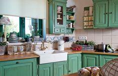 I dřez a baterie odpovídají stylovému pojetí kuchyně.