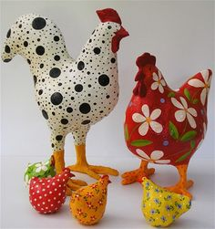 Black and white ruster and red hen together with little chickens. Arte en papel maché