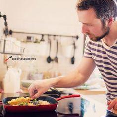 Dicas de alimentação para quem mora sozinho Faça uma lista de compras e um cardápio semanal e separe um dia para ir ao supermercado comprar os alimentos necessários; Não é preciso cozinhar todos os dias. Reserve um dia da semana para preparar frango em grande quantidade e deixar congelado. Isso poderá te ajudar em recheios de omeletes, panquecas, sanduíches, saladas ou como acompanhamento do arroz; Veja mais dicas: https://www.instagram.com/p/Bi6xu5cl3kD/?taken-by=suportesaudenet