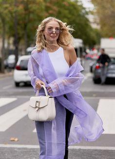 Leonie Hanne mit Organza-Mantel in Paris Fashion Week Paris, 2020 Fashion Trends, Fashion 2020, Cool Street Fashion, 70s Fashion, Fashion Outfits, Tokyo Fashion, Color Fashion, India Fashion