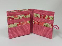 Carteira feminina confeccionada em cartonagem com tecido 100% algodão.  Medidas: 12 x 11 cm  Com espaço para 8 cartões + porta notas e/ou documentos.  Frete por conta do comprador.