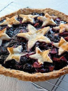 Stars  Pies: This apple-blackberry pie with ginger looks delicious and perfect for July 4th! (via modish) http://www.modishblog.com/modish/2010/07/blackberry-lust.html