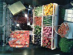 Escaparate madrileño de Dolce & Gabbana.  Despliegue de color!!