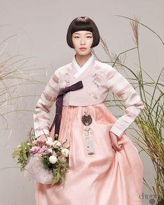 차은엽한복 for more Korean hanbok. Korean Traditional Clothes, Traditional Fashion, Traditional Dresses, Oriental Fashion, Asian Fashion, Korea Dress, Modern Hanbok, Kimono Japan, Korean Wedding