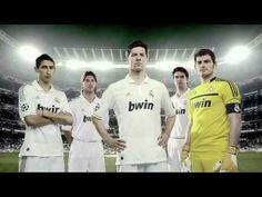 El equipo de futbol de España juega y habla sobre futbol.