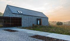 In völliger Idylle wurde ein wunderbares Einfamilienhaus in die unberührte Landschaft Polens eingegliedert. Das Architekturbüro Kropka Studio gestaltete das Gebäude mit viel Behutsamkeit.Fokus bei der Planung und der Umsetzung war die starke Integrat...