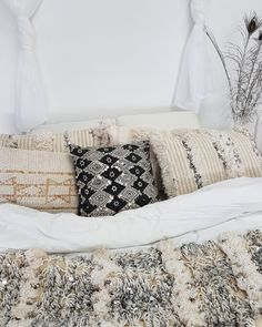 Moroccan Wedding Blanket, Antique Beds, Moroccan Interiors, Minimalist Room, Nature Decor, Moroccan Style, Beautiful Space, Scandinavian Design, Interior Inspiration