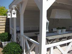 Prachtige veranda gebouwd in Beverwijk. Veranda van Zweeds grenen met een mooie houten kruisrailing en afwerking van hoog niveau.