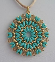 "This one is so easy to make. I don't know who designed it or if there is a pattern anywhere... The colors I use: ""turquoise green"" y ""gold satin"" superduos, ""golden shadow"" bicones (4mm) and rocaille 11/0 and 15/0.:"