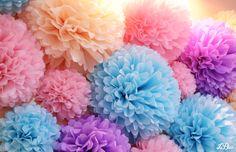 Detalle del photocall de pompones de la boda de Sarai y Francisco #bodas #photocall #pompones #leblue