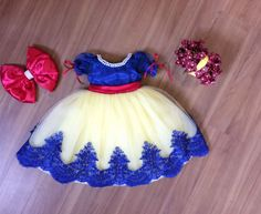 Vestido Infantil Luxo Branca de Neve Ítens inclusos: Vestido e laço das costas. (NÃO ACOMPANHA O ACESSÓRIO DE CABELO) (NÃO ACOMPANHA SAIOTE) https://www.elo7.com.br/saiote-de-tule/dp/5A258A#smsm=0&df=d&rps=0&ucf=1&ucrq=1&uss=1&uso=d&usf=1 Disponível nos tamanhos P M G bebe - ( 1 2 3...