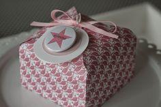 Wie versprochen hier nun endlich die Anleitung zu meiner Box aus dem Post vom 31. Juli,so sah sie aus:   Also, los gehts: Ihr braucht: Das EPB (Envelope Punch Board)1 Bogen DPapier in der Größe 21