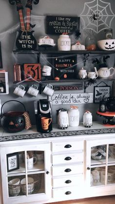 Unique Small Living Room Design and Decor Ideas to Maximize Your Space - The Trending House Casa Halloween, Halloween Home Decor, Diy Halloween Decorations, Holidays Halloween, Spooky Halloween, Halloween Crafts, Halloween Party, Halloween Kitchen, Halloween Bedroom
