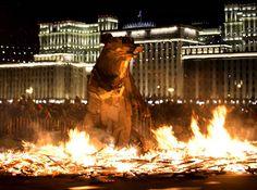 Pour célébrer la fin de l'hiver, le symbole du printemps est brûlé dans le parc Gorki à Moscou. Cette année c'est un ours crée par l'artiste Gabor Miklos Szoke (Russie).